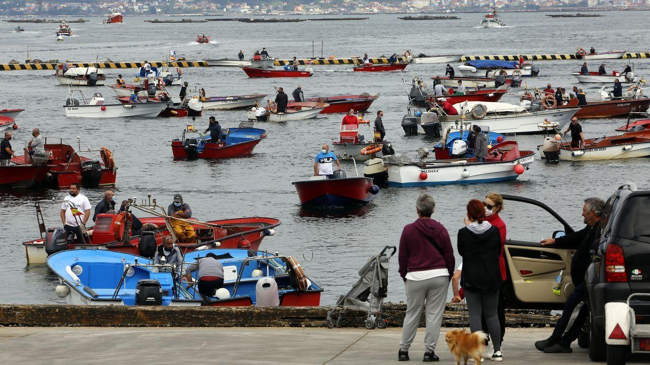 La flota de bajura de la Costa da Morte se volvió a concentrar contra la normativa europea.Otra imagen de la protesta en A Illa de Arousa