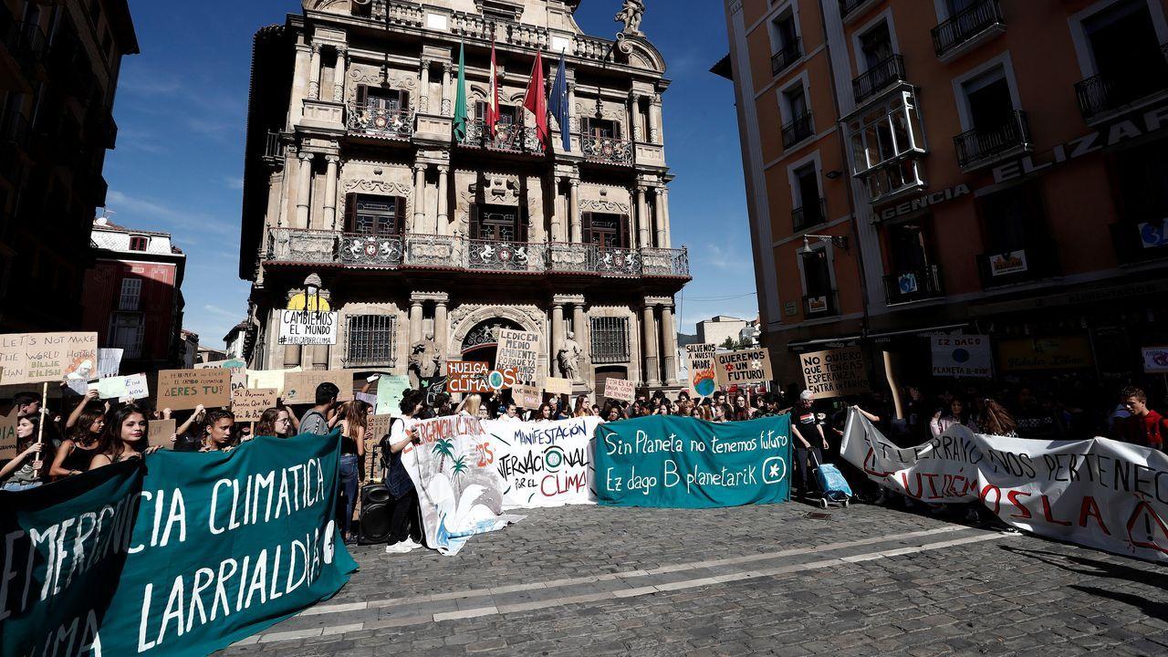 Momento de la concentración este mediodía en la Plaza del Ayuntamiento de Pamplona de cientos de estudiantes que han convocado huelga este viernes en el marco de la jornada de movilización que a nivel mundial han convocado 275 organizaciones