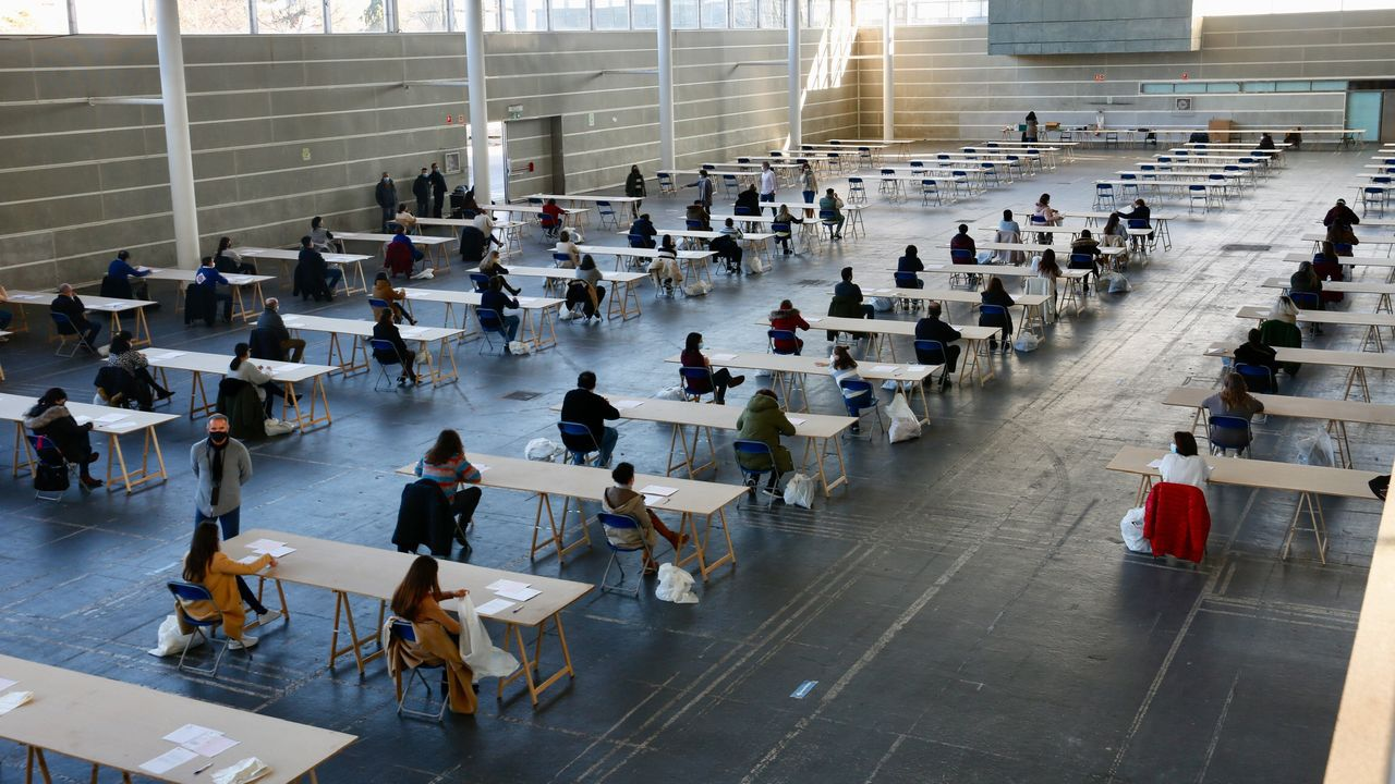 Un examen de oposición en el Recinto Ferial de Pontevedra siguiendo el protocolo anticovid