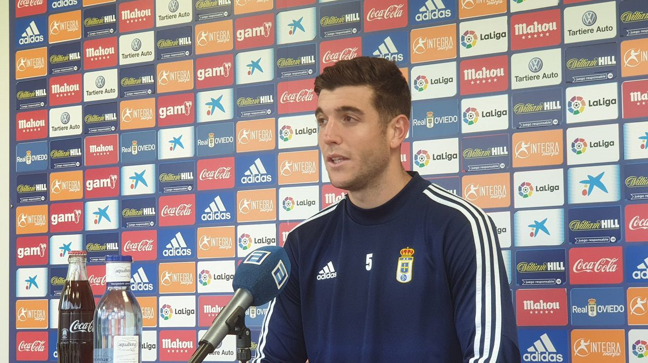 Las imágenes del Las Palmas Atlético - Racing de Ferrol.Javi Fernández en la sala de prensa de El Requexón