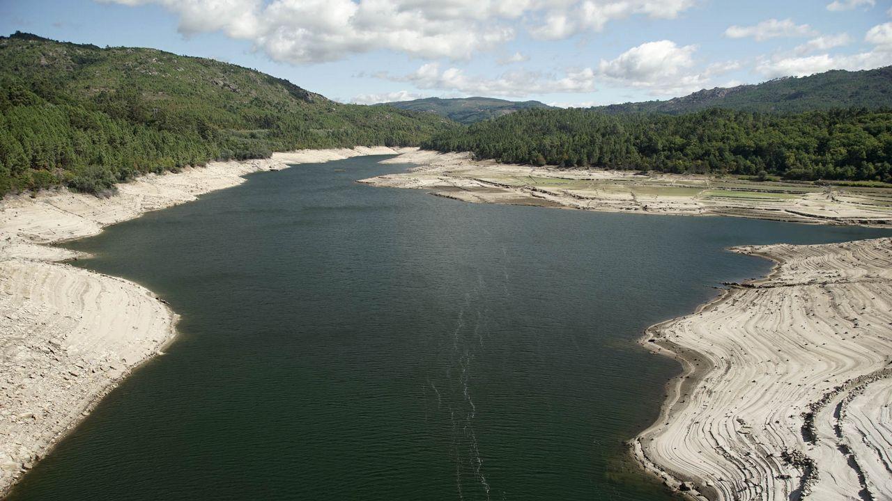 Imagen del bajo nivel de agua que tiene el embalse de Lindoso, en el sur de la provincia ourensana, la zona más afectada por la sequía.