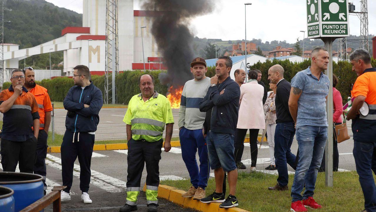 El álbum de las medallas de Asturias 2019.Trabajadores de la factoría de Vesuvius en Langreo protestan en el interior de la empresa tras el anuncio del cierre