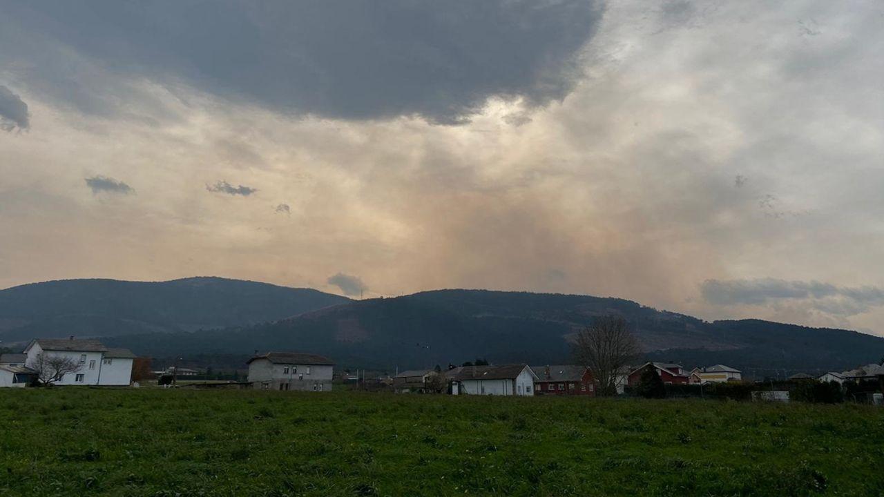 El vertedero de Zaldibar, a vista de pájaro. Humo del incendio que puede verse desde Luarca.