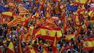 Miles de catalanes, con la Constitución. El 30 de septiembre, el día antes del referendo ilegal. los manifestantes contra el secesionismo desbordaron la plaza de Sant Jaume. Llevaban banderas españolas, catalanas y europeas.