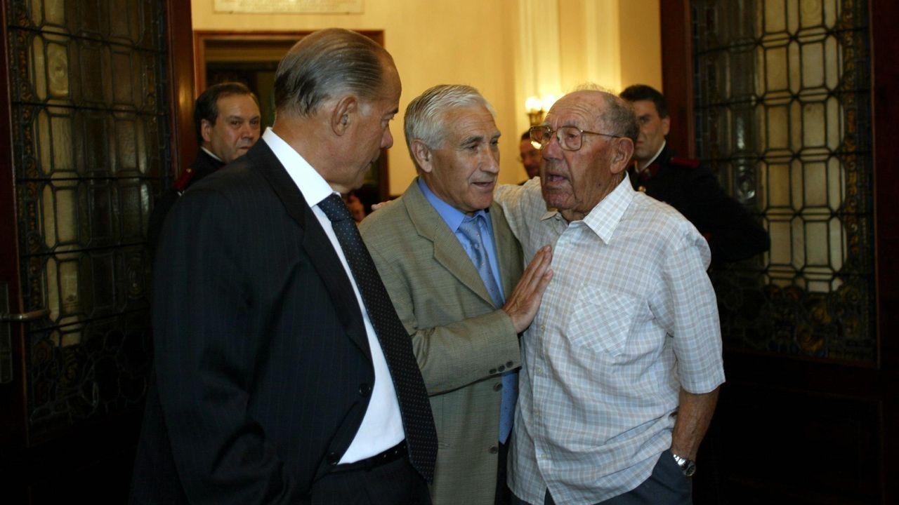 Arsenio, en María Pita. El exentrenador del Dépor acompañó en el 2003 a Luis Suárez y a Rodrigo Vizoso, históricos del conjunto coruñés, cuando el primero leyó el pregón de las fiestas.