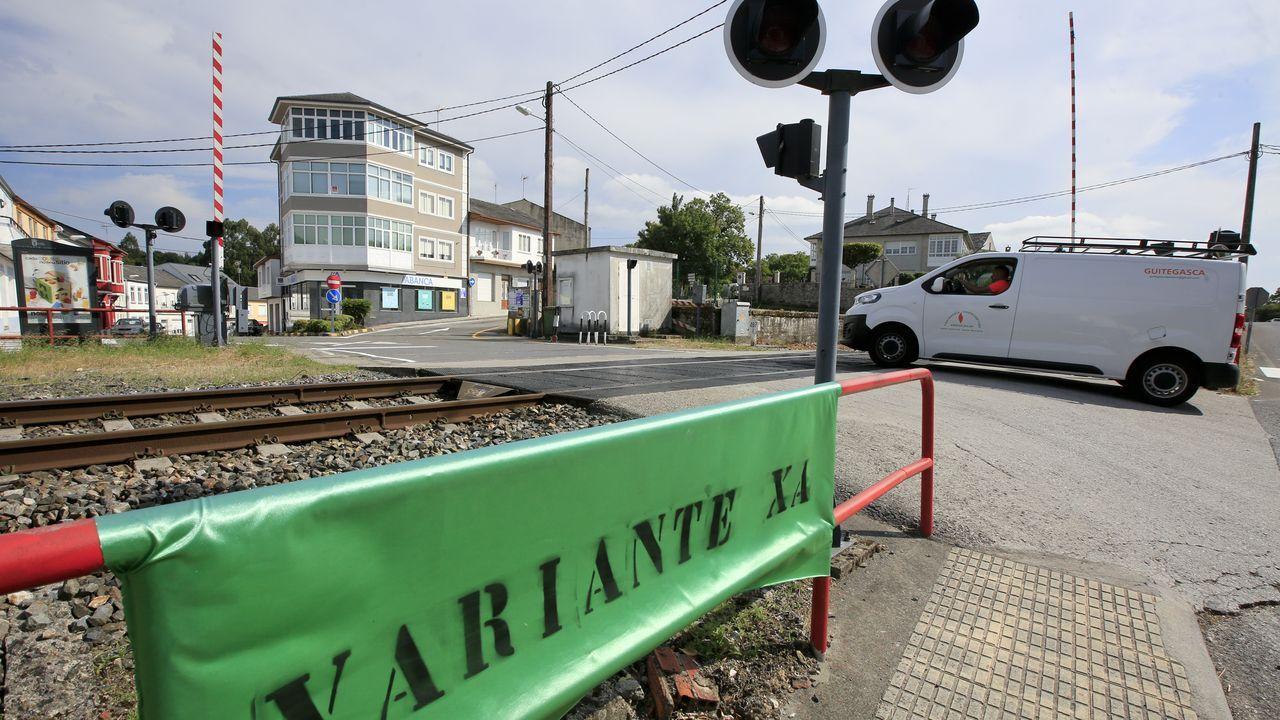 Carmin de la Pola.Tren de FEVE en la estación de Viveiro