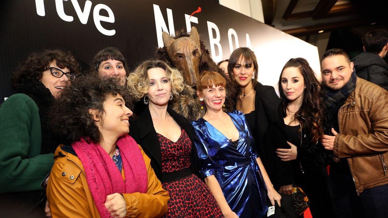 Marta Vázquez y Eva Fernández junto a parte del equipo de «Néboa»