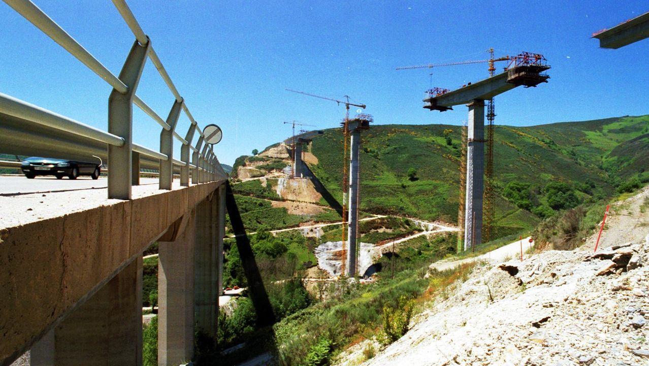 La montaña de Lugo se tiñe de blanco.A la izquierda el viaducto de Ruitelán, en el 2001 era de la N-VI y luego de la A-6, y a la derecha la construcción del puente de Samprón