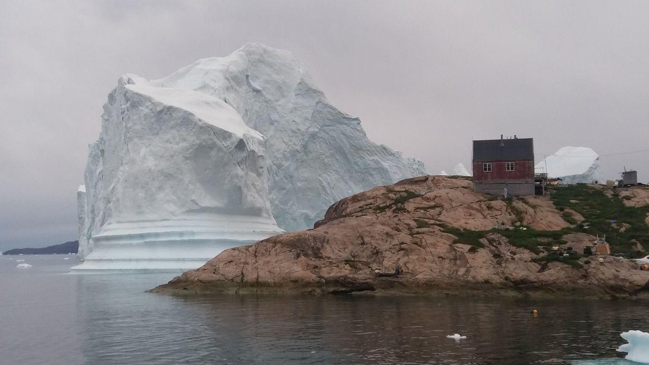 Los activistas exigen una respuesta política al cambio climático.El diputado de IU Ovidio Zapico