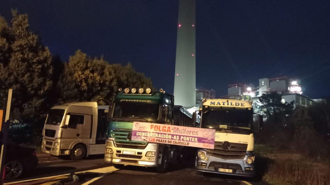 Marea lila en Ferrol.Varios camiones impiden el acceso a la térmica de As Pontes desde el viernes