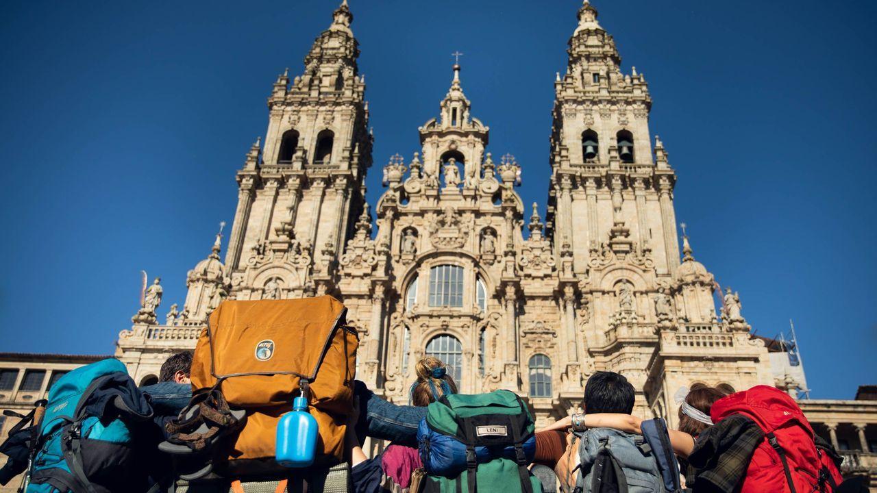 Los actores, como auténticos peregrinos.Santiago Pérez Agra y Anabel Gulías presentaron el nuevo Sistema de Información Xeográfica del Concello de Pontevedra