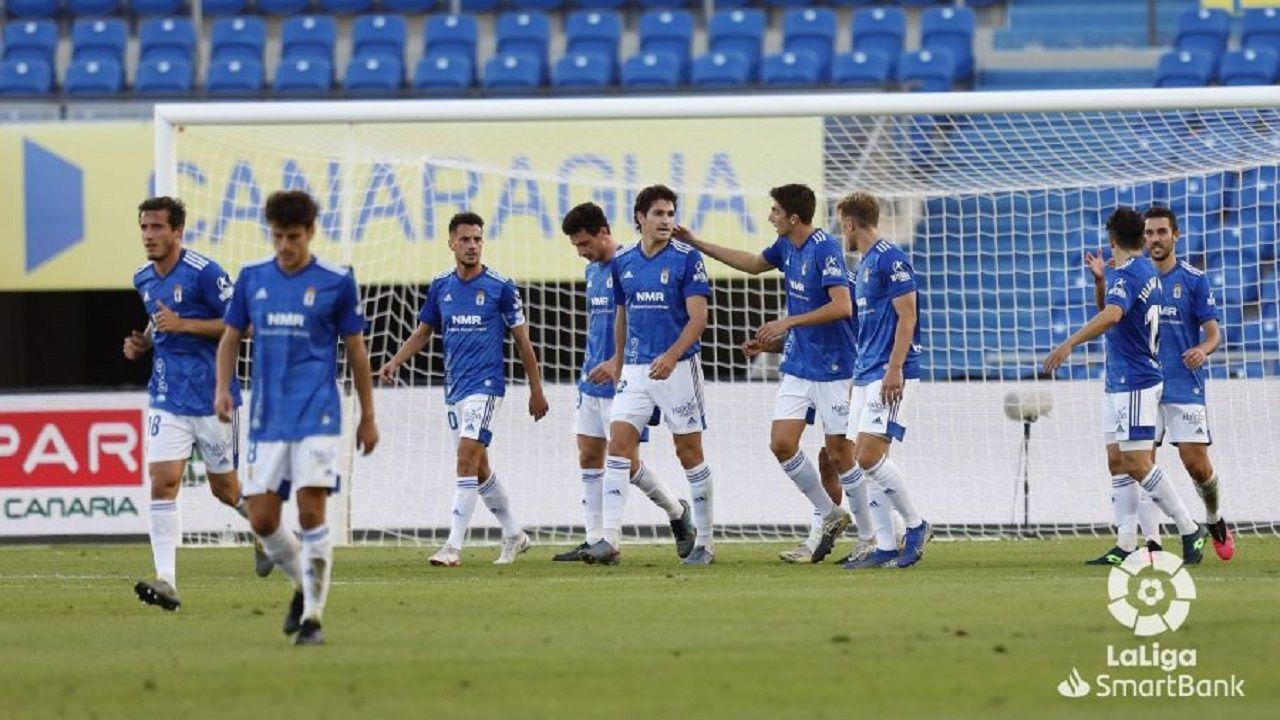 Los jugadores del Oviedo celebran uno de los goles de Nahuel