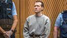Brenton Tarrant, encerrado en un cubículo con paredes de cristal y flanqueado por cuatro guardias, escuchó impasible los testimonios de 24 personas