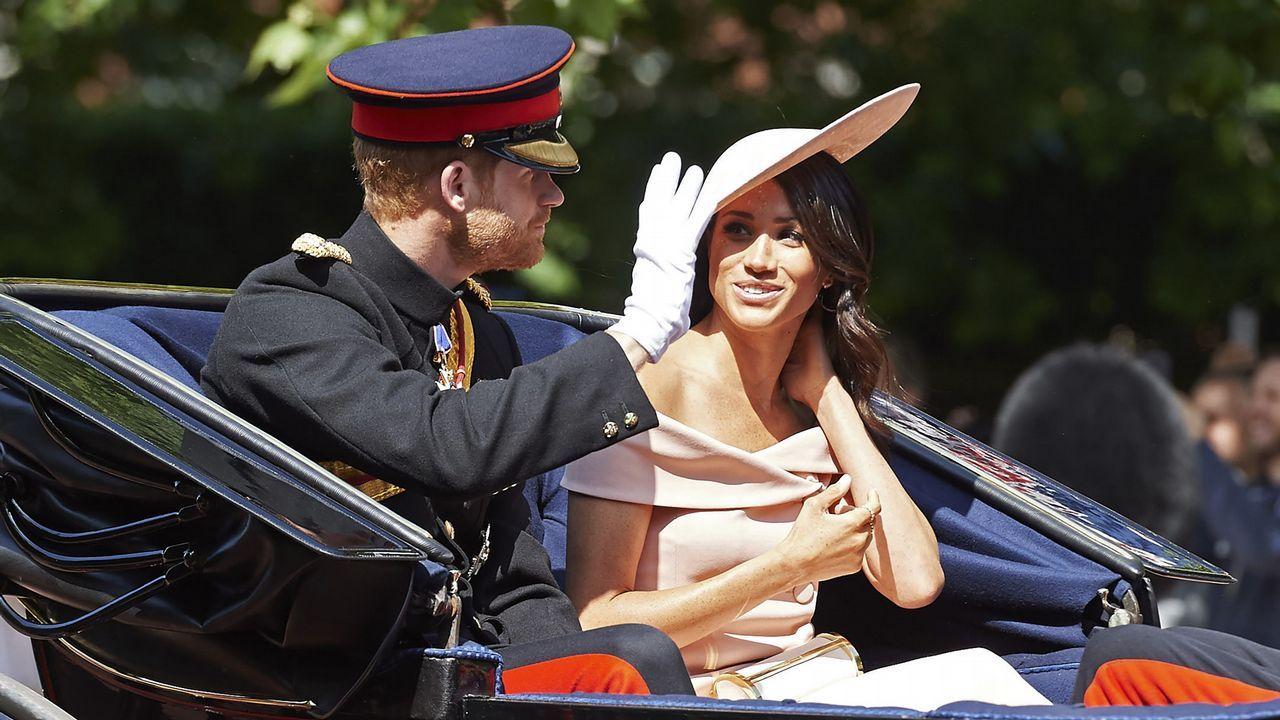 El príncipe Enrique y Meghan presencian los desfiles en honora Isabel II