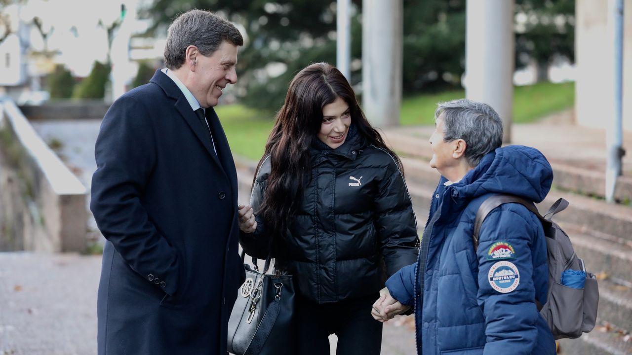 Juan Carlos y Valeria Quer saludan a la presidenta de la asociación Clara Campoamor, Blanca Estrella Ruiz, a su llegada a la cuarta jornada del juicio
