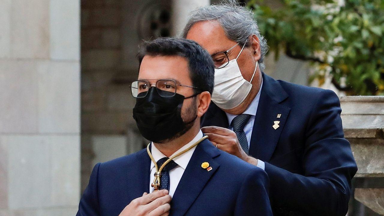 Pere Aragonès recibe de su antecesor, Quim Torra, la medalla de la presidencia de la Generalitat