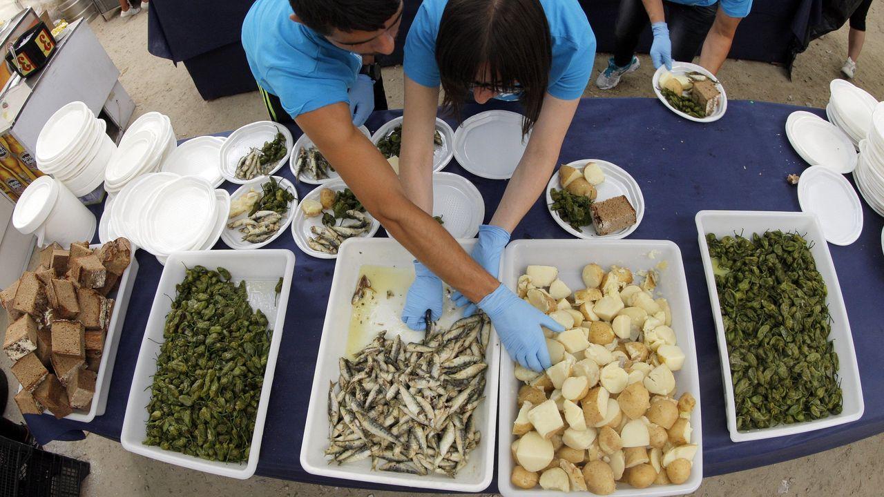 Festa da Xouba de Rianxo.A la rica xouba, con cachelos y pimientos en Rianxo