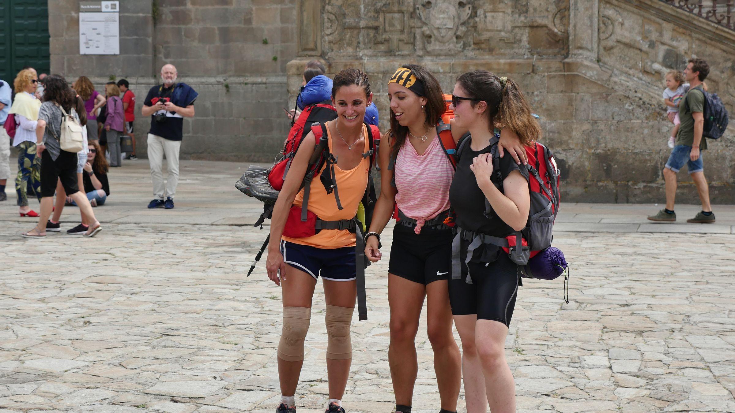 Muchos peregrinos se mostraban felices, a pesar de haber llegado agotados a la meta
