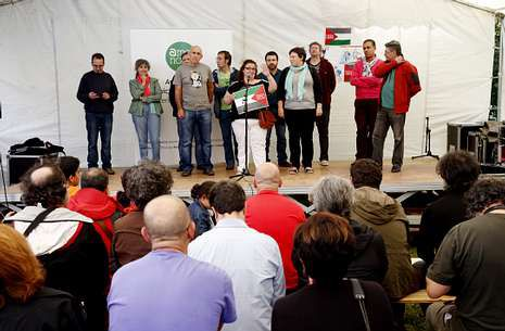«Es una locura quedarse sentado sin hacer algo».El acto de Ames Novo sirvió también para solidarizarse con el pueblo palestino.