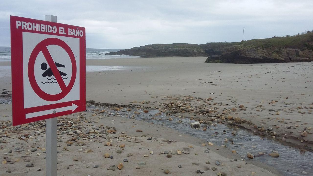 Playa de Arealonga, en Barreiros, donde se ha prohibido el baño por contaminación microbiológica