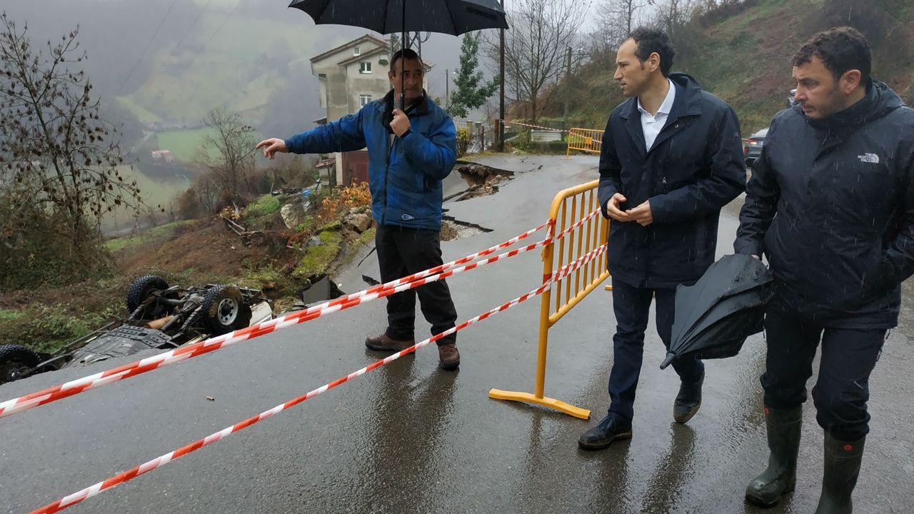 El consejero de Presidencia y Participación Ciudadana, Guillermo Martínez, con el alcalde de Laviana, Julio García, visita la zona afectada por las riadas