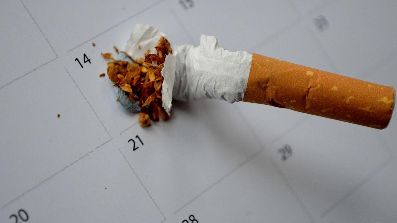 Dejar de fumar.Un anciano en una calle de Gijón