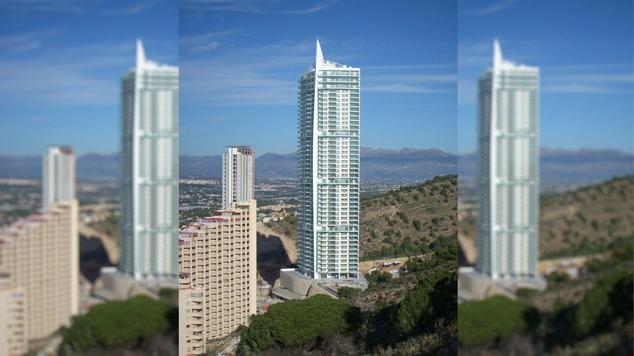 TORRE LUGANO (Benidorm) - Este rascacielos cuenta con 43 plantas de uso residencial. Su altura alcanza los 158 metros