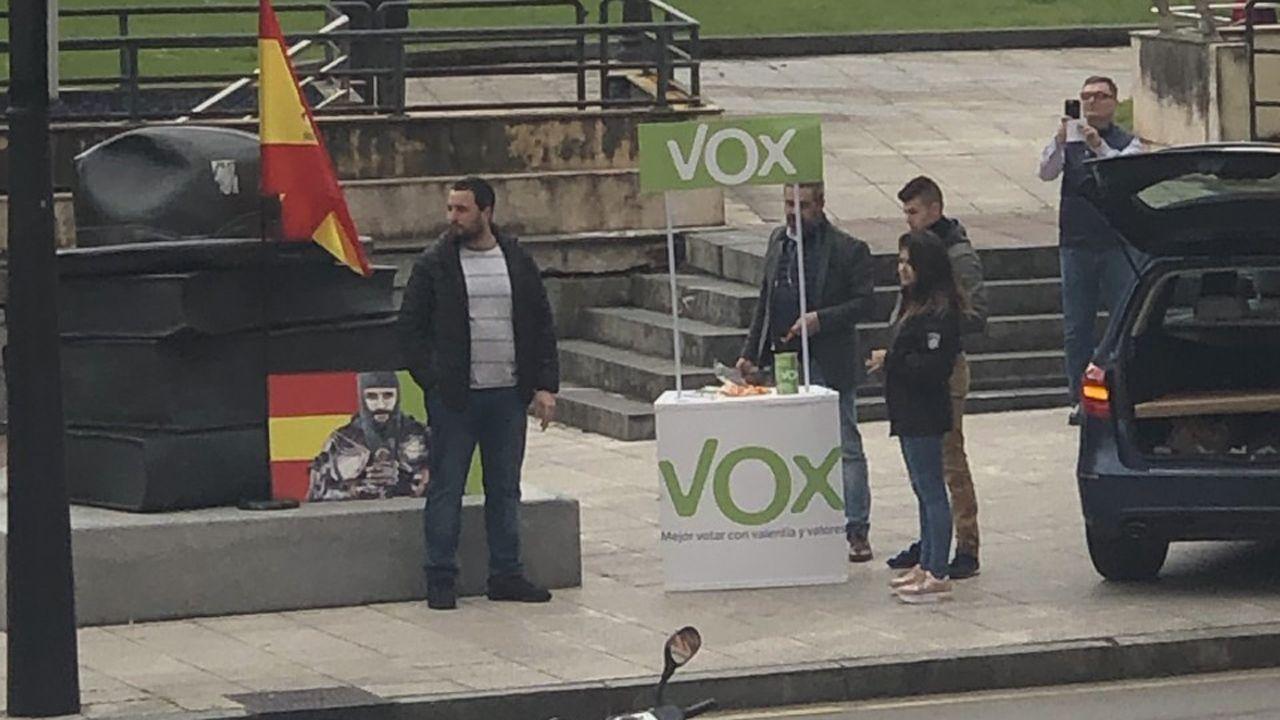 Cuatro simpatizantes de Vox, junto a la mesa que montaron frente a El Milán, antes del altercado