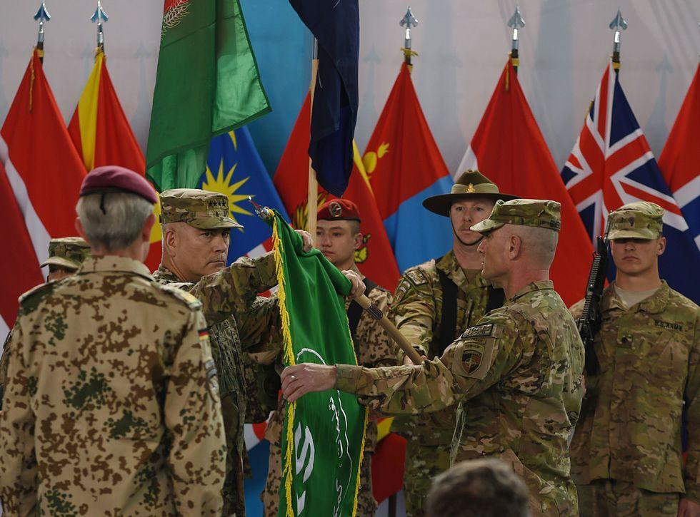 El general estadounidense John Campbell pliega la bandera de la ISAF en un acto en Kabul.