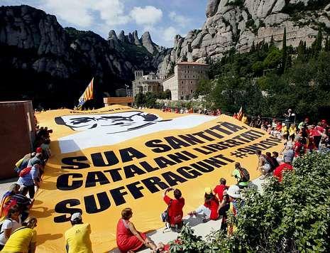 Una de las últimas acciones de la Asamblea Nacional Catalana ha consistido en desplegar una gran pancarta en el Monasterio de Montserrat para pedir el apoyo del Papa a la consulta.