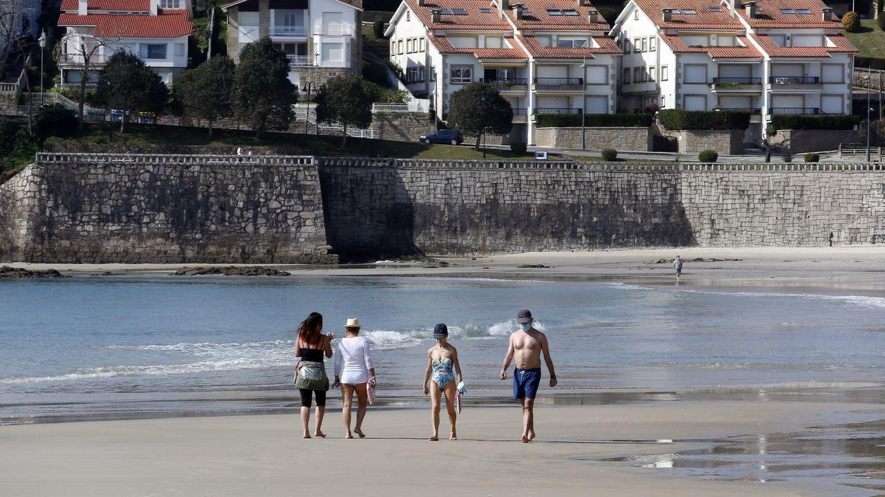 SANXENXO, TURISMO «SIN DESARROLLAR». El reportaje sitúa a las Rías Baixas como la zona más turística de Galicia, «pero aún sin desarrollar», aseguran comparándola con otros destinos de sol y playa. Mencionan Sanxenxo, los cámpings de O Grove y la playa de A Lanzada