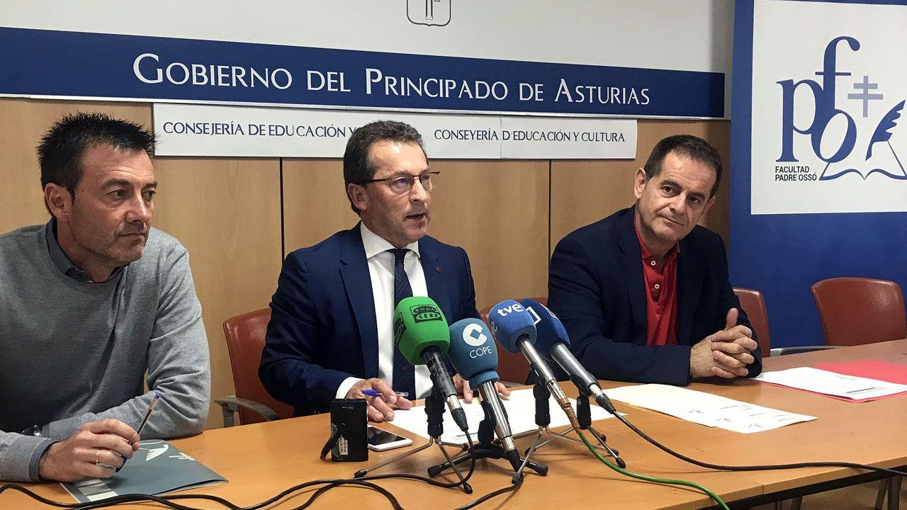 Aula de asturiano.De izquierda a derecha: El decano de la Facultad Padre Ossó, José Prieto; el consejero de Educación y Cultura, Genaro Alonso; y el director general de Ordenación Académica e Innovación Educativa, Francisco Laviana