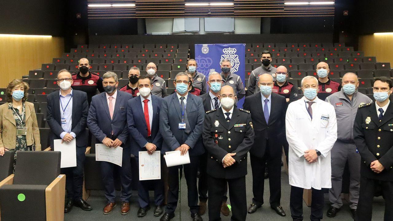 La Policía condecora a 18 jefes sanitarios y vigilantes