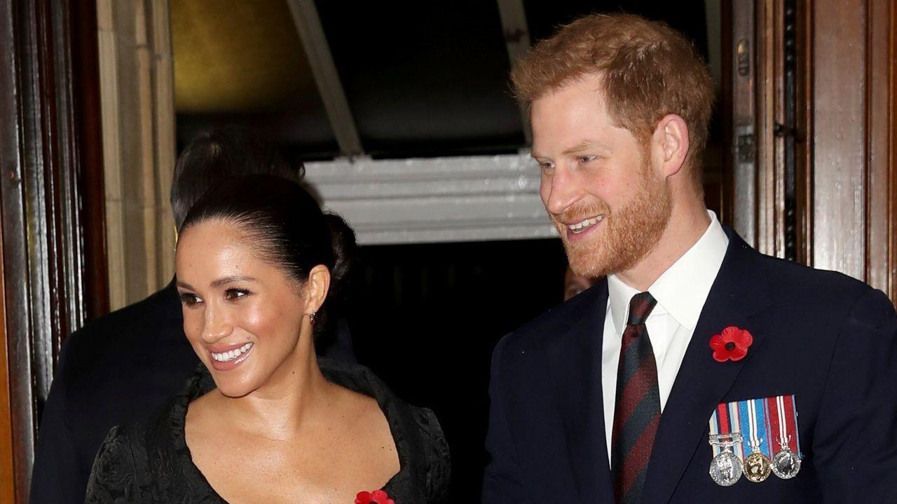 Isabel II convoca una reunión familiar urgente para este lunes.Los principes, con su hijo Archie, en un viaje a Sudáfrica el año pasado