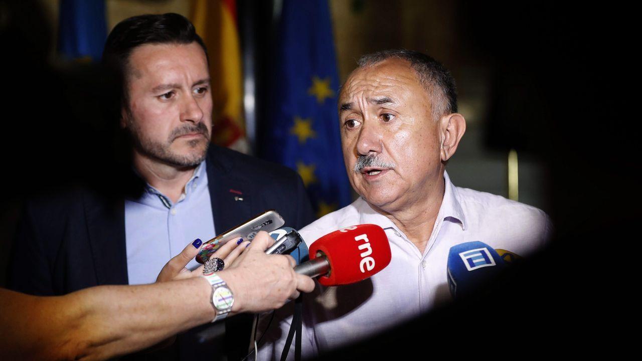 El secretario general de UGT, Pepe Álvarez (d), acompañado del responsable del sindicato en la comunidad, Javier Fernández Lanero (i),.
