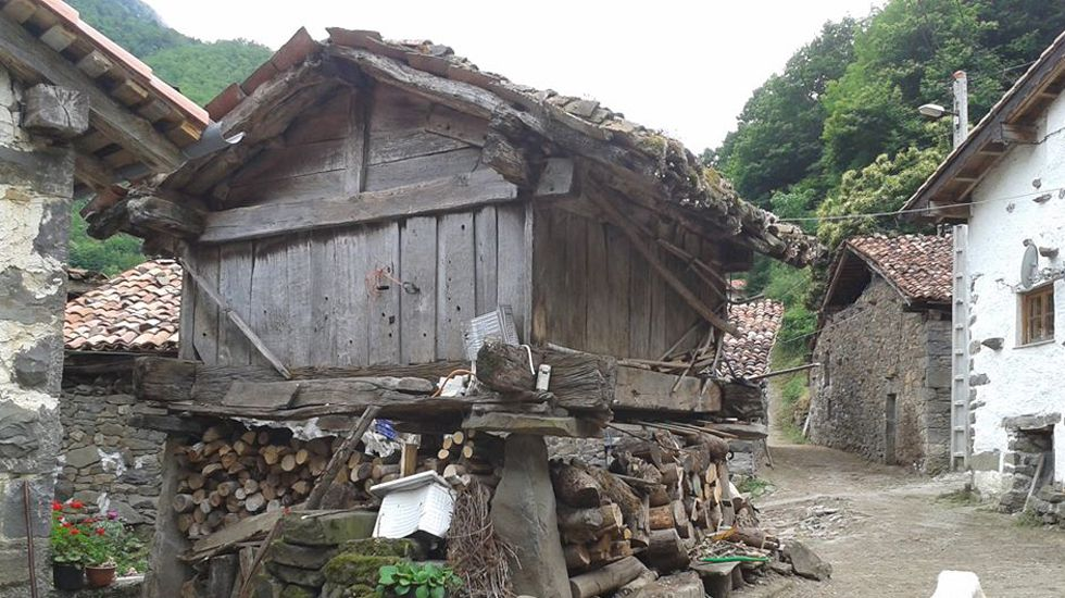 Hórreo beyusco en la aldea de Víboli