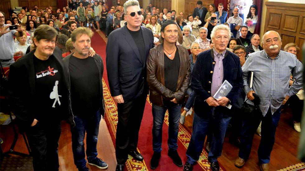 Loquillo y Urquijo, en el centrorodeados de amigos, músicos y allegados a Tino Casal