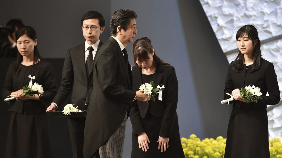 El primer ministro japonés, Shinzo Abe, tras presentar sus respetos ante un altar en memoria de las víctimas.