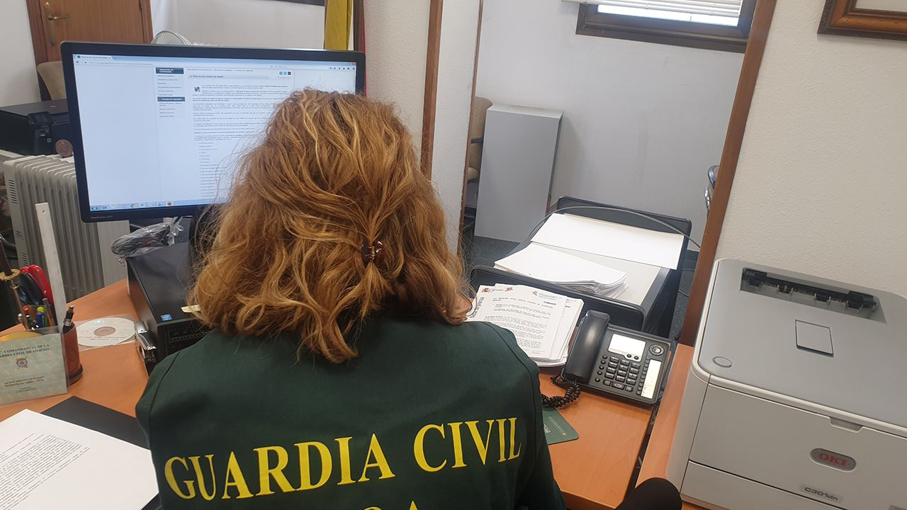 Hospital Valle del Nalón.Una agente de la Guardica Civil