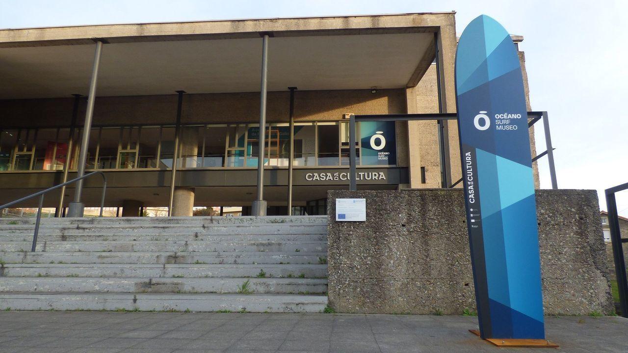PCR.Técnicos sanitarios del Hospital Universitario Central de Asturias (HUCA), trabajan en el interior de la cabina de seguridad del laboratorio de virología de este centro de referencia del Principado
