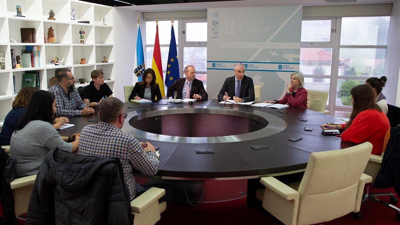 Feijoo se reúne con el comité de la antigua Alcoa y los representantes del fondo comprador, Parter.Trabajadores de Alcoa de Avilés y A Coruña a su paso por León