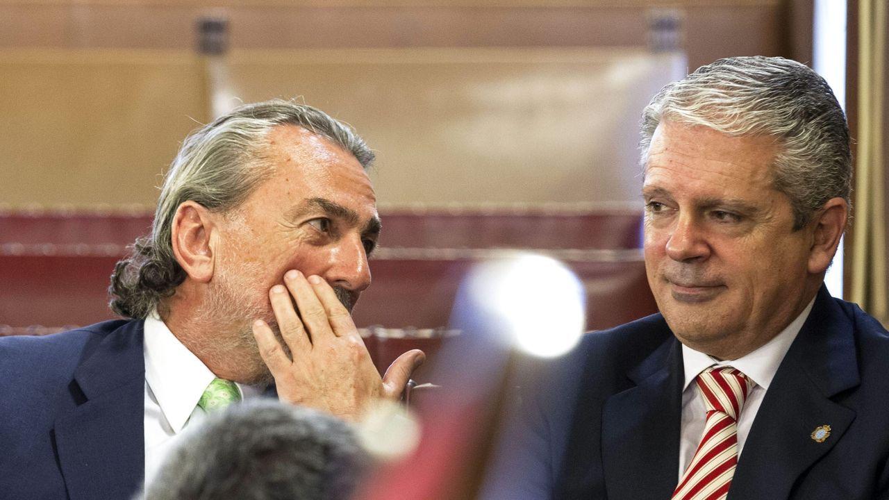 Los dos cabecillas de la trama Gürtel, Francisco Correa (izquierda) y Pablo Crespo conversan durante una sesión del juicio en el 2015