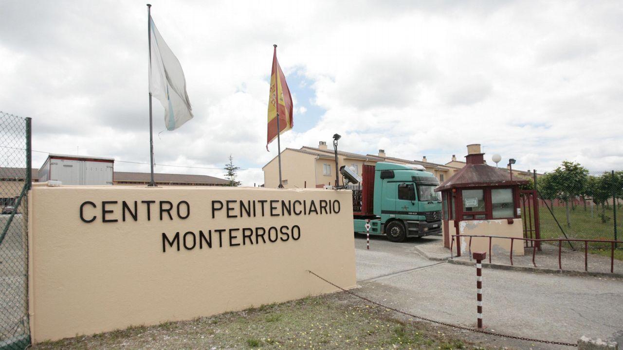 Fin a una vida en laBenemérita.El guardia civil Alfredo Álvarez señala el monte por el que se cayó Manuel Varela, a su lado. Lo encontró casi por azar