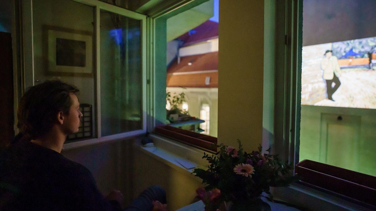 Un ciudadano berlinés asiste desde su ventana a la proyección de «Loving Vincent»