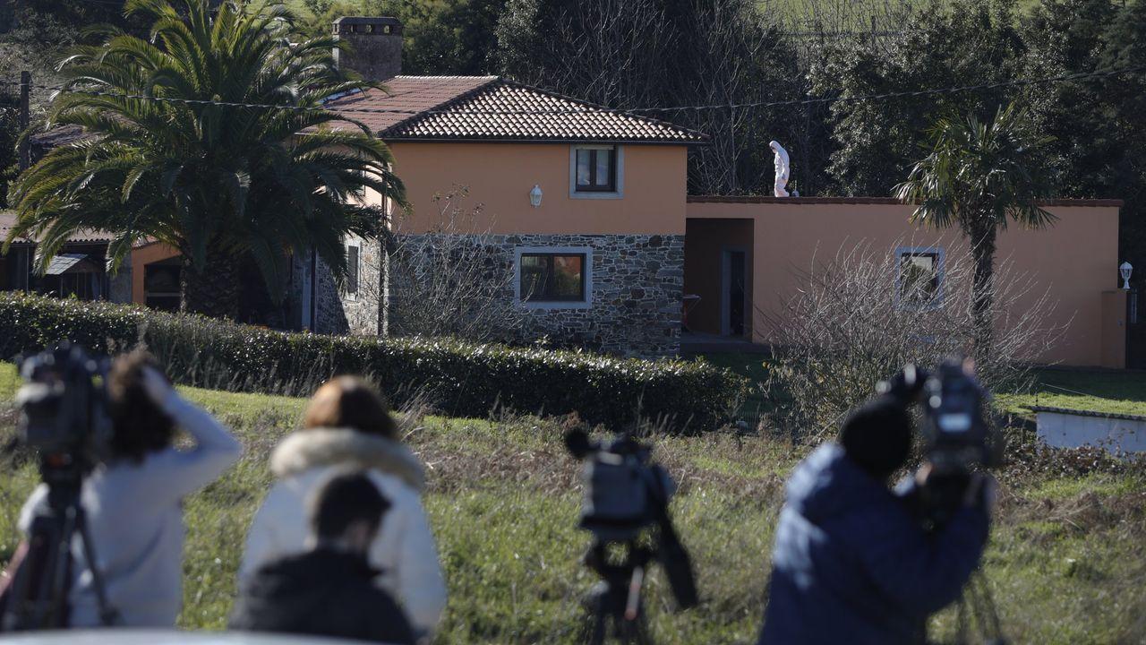 Los clientes vuelven al interior de los locales en A Coruña.Vivienda en la que ocurrió el crimen de Oza-Cesuras, a mediados de enero