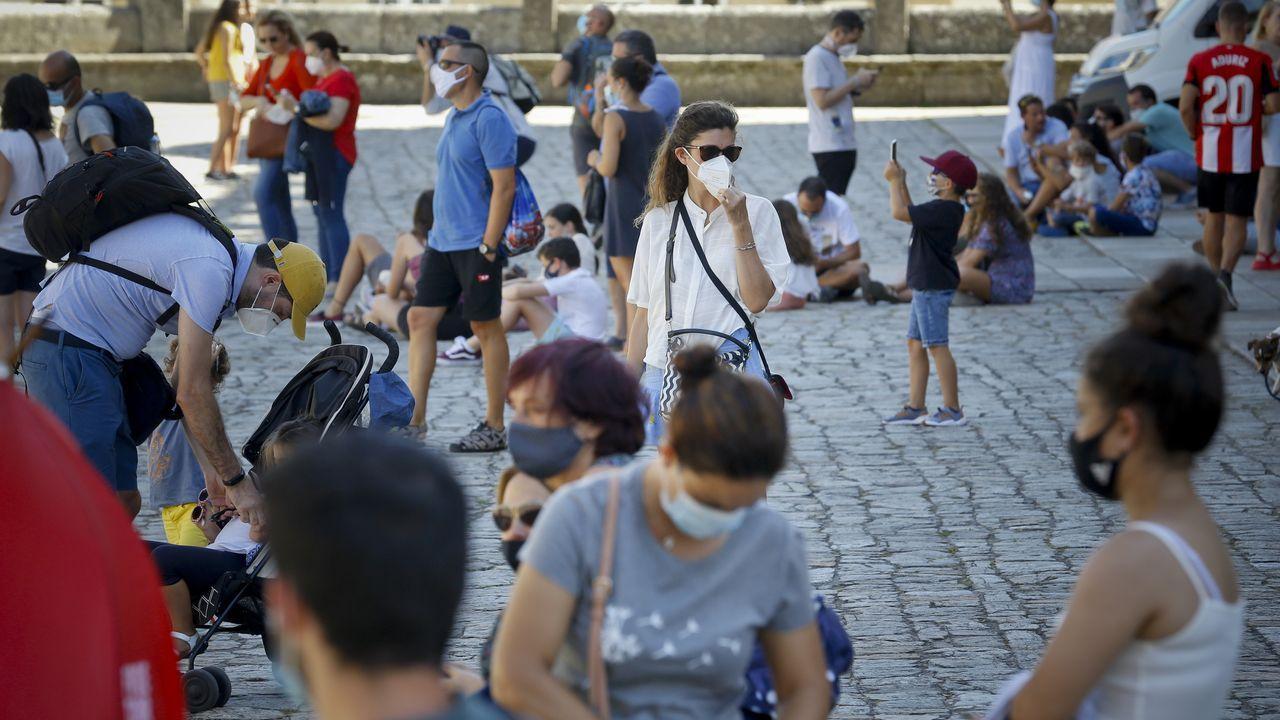 Algunos grupos de turistas pasean por una Praza do Obradoiro más vacía de lo habitual