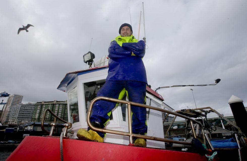 El marinero Xosé Iglesias, colaborador de Radio Voz y poeta, tiene 41 años, un hijo de 11, y faena con el barco «Primero Villar».