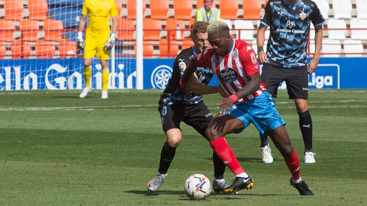 Luismi y Sekou Gassama pugnan por un esférico