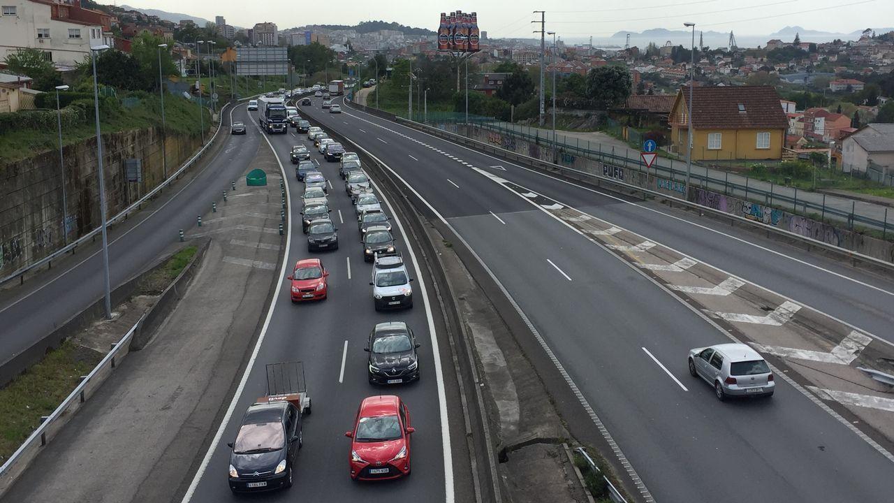 Retenciones en la autopista AP9 por las obras de Rande.El Parlament, durante una sesión plenaria