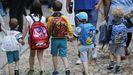 Imagen de archivo de niños de educación infantil y básica llegando al colegio en su primer día de clase.